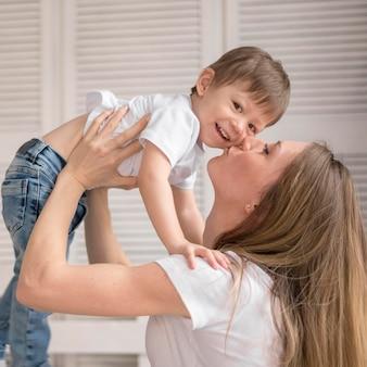 Mutter küsst kleinen jungen