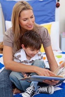 Mutter liest ein buch mit ihrem sohn