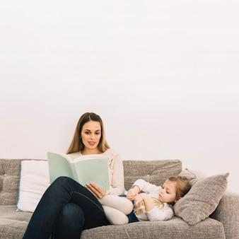Mutter liest geschichte zur tochter