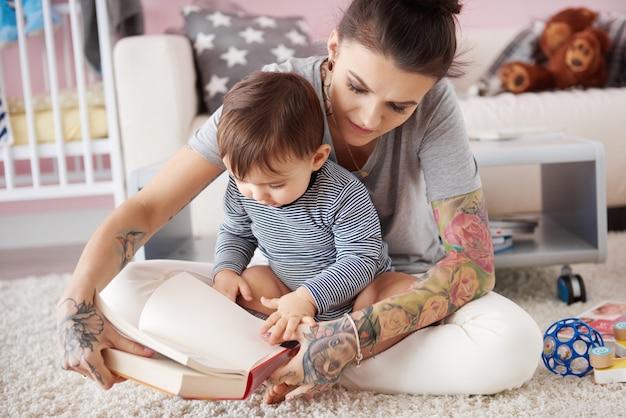 Mutter liest ihrem sohn ein buch vor