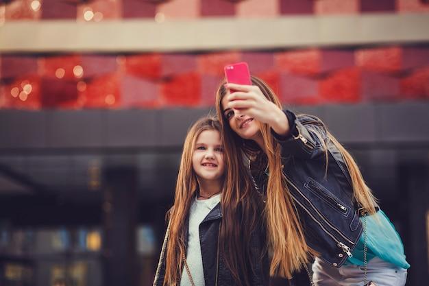 Mutter macht ein selfie mit ihrer kleinen tochter