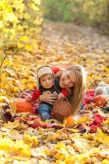 Mutter mit dem netten kleinen baby, das kamera betrachtet