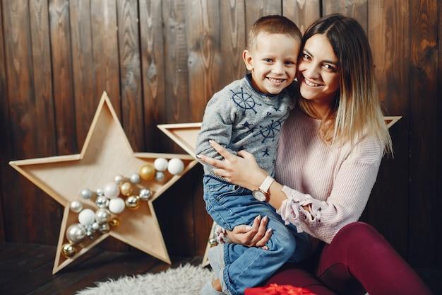 Mutter mit dem netten sohn, der weihnachten feiert