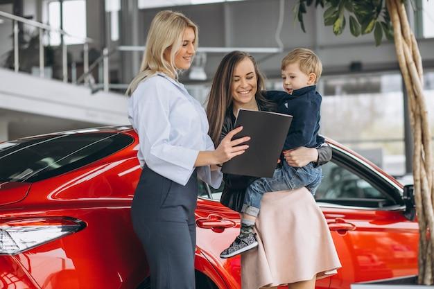Mutter mit dem sohn, der ein auto kauft