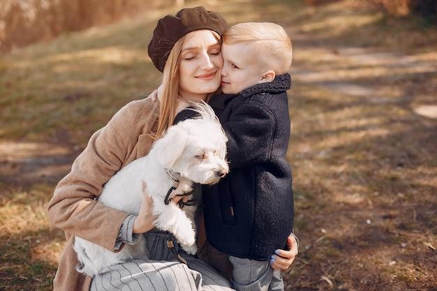 Mutter mit dem sohn, der in einem park spielt