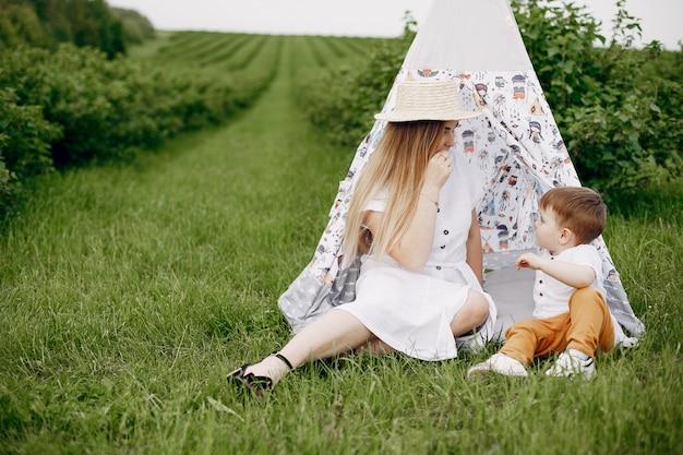Mutter mit dem sonplaying auf einem sommergebiet