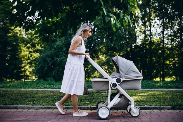 Mutter mit der kleinen babytochter, die in park geht