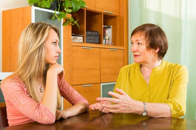 Mutter mit der tochter, die ernsthaft spricht
