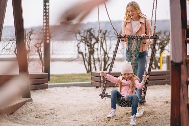 Mutter mit der tochter, die in park geht