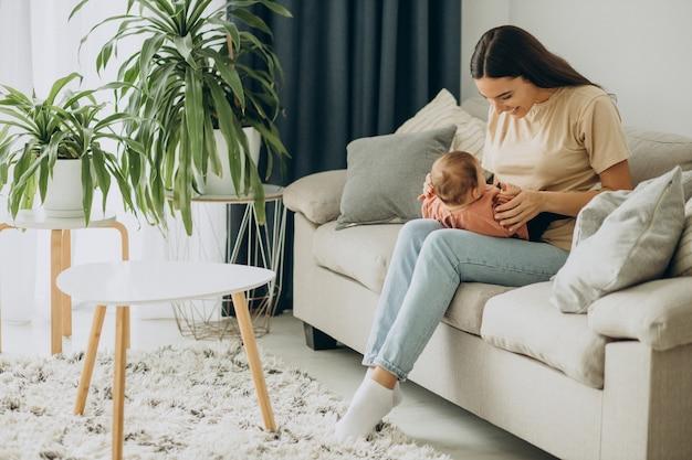 Mutter mit ihrem baby zu hause