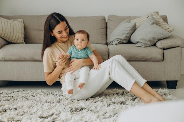 Mutter mit ihrem kleinen baby zu hause