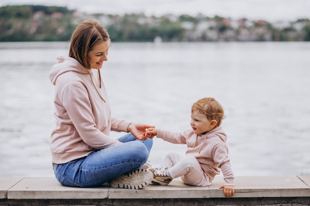 Mutter mit ihrem kleinen kind im park