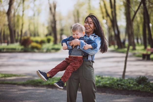 Mutter mit ihrem kleinen sohn, der spaß im park hat