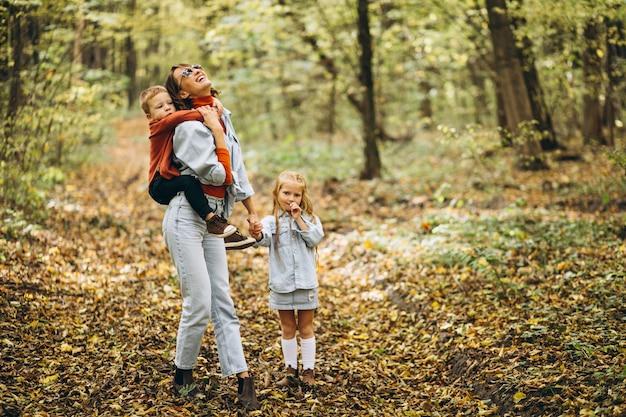 Mutter mit ihrem kleinen sohn und tochter in einem herbstpark
