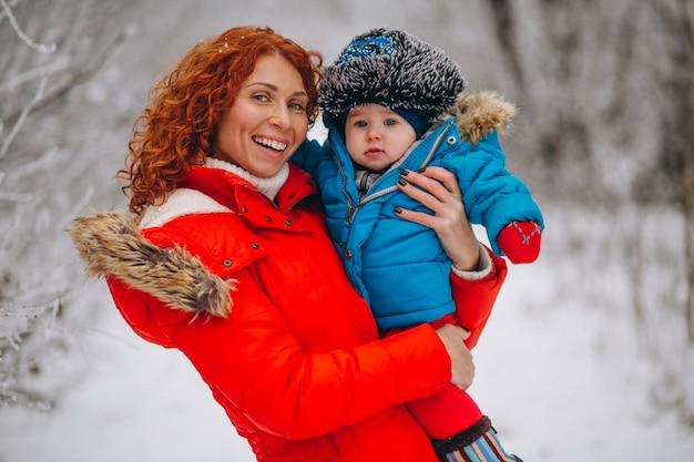 Mutter mit ihrem kleinen sohn zusammen in einem winterpark