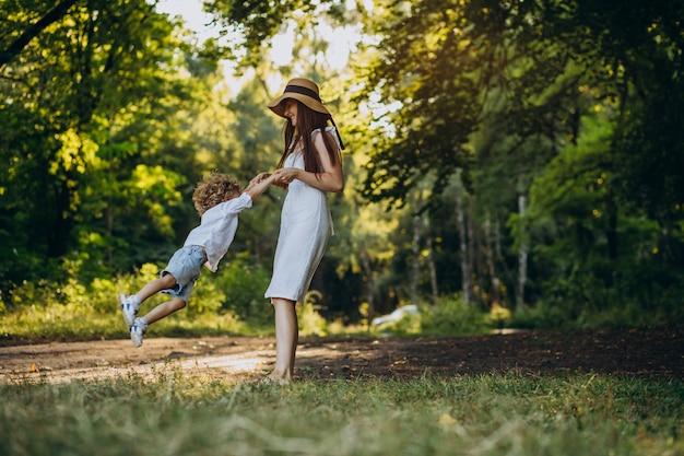 Mutter mit ihrem sohn, der spaß im park hat