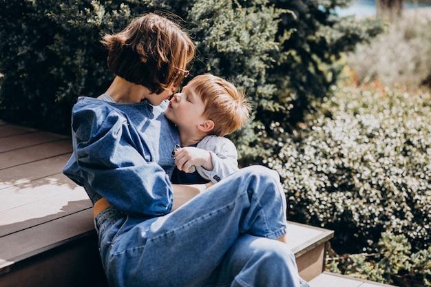 Mutter mit ihrem sohn sitzt auf der treppe