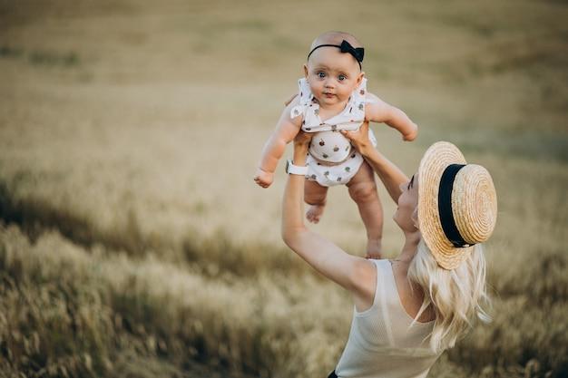 Mutter mit ihrer kleinen tochter auf dem feld