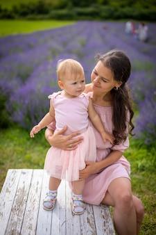 Mutter mit ihrer kleinen tochter auf lavendelfeldhintergrund tschechien