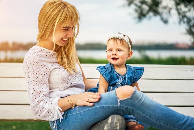 Mutter mit ihrer kleinen tochter im freien spielen