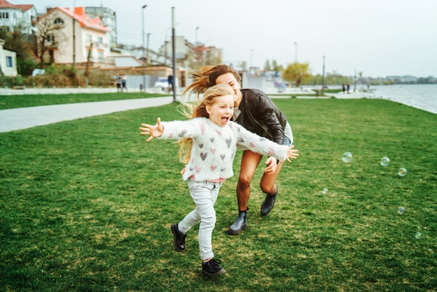 Mutter mit ihrer kleinen tochter viel spaß im park