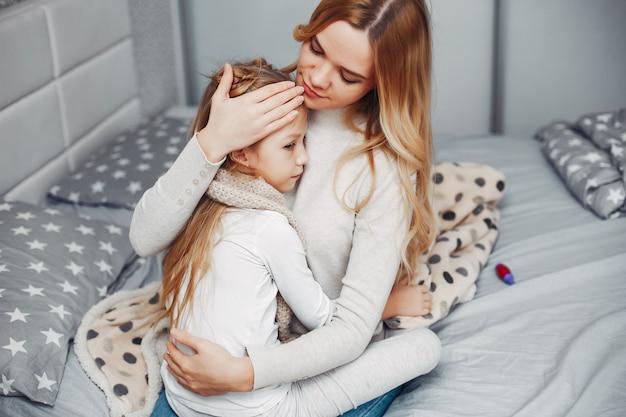 Mutter mit ihrer tochter in einem schlafzimmer