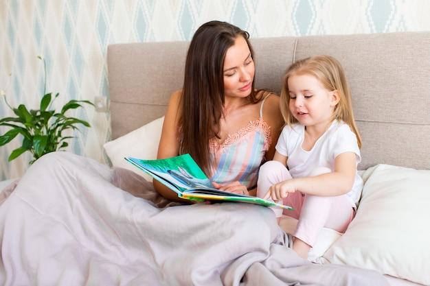 Mutter mit ihrer tochter liest ein buch