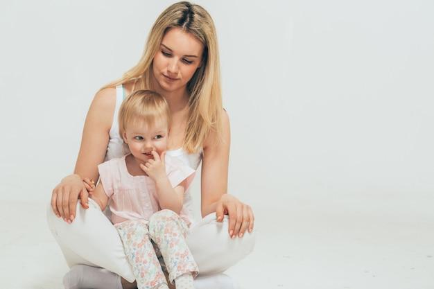 Mutter mit kind babyporträt sitzendes bodenstudio