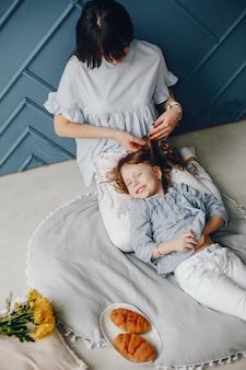 Mutter mit kind zu hause