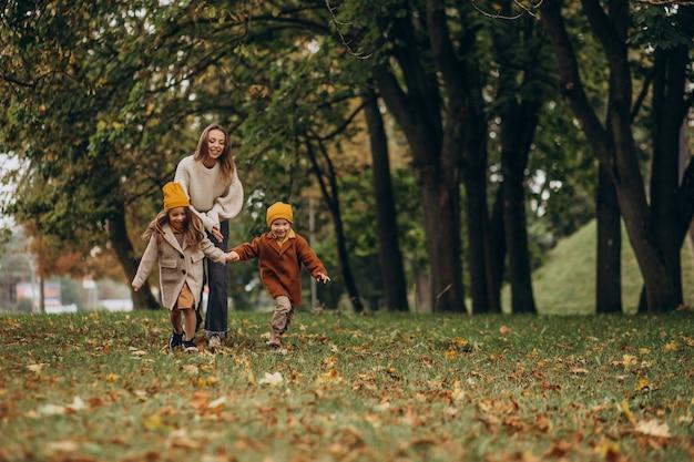 Mutter mit kindern, die spaß im park haben