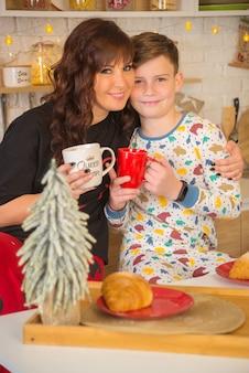 Mutter mit kindern in der küche zusammen zu weihnachten glückliche familie