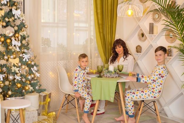 Mutter mit kindern in der küche zusammen zu weihnachten