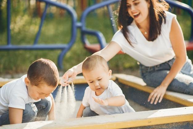 Mutter mit kleinem kind auf einem spielplatz Kostenlose Fotos