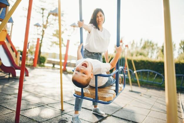 Mutter mit kleinem kind auf einem spielplatz