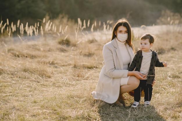 Mutter mit kleinem sohn, der masken trägt