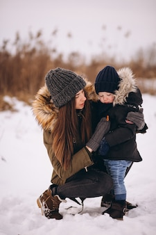 Mutter mit kleinem sohn im winterpark