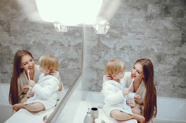 Mutter mit kleinem sohn in einem badezimmer