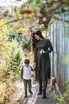 Mutter mit kleinem sohn in einem herbstpark
