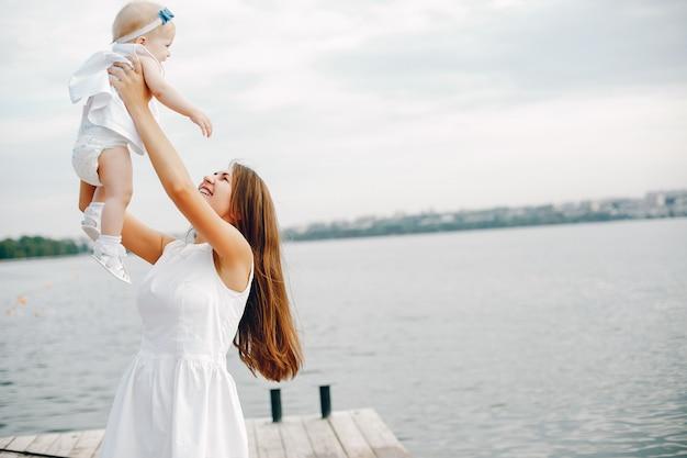 Mutter mit kleinen töchtern