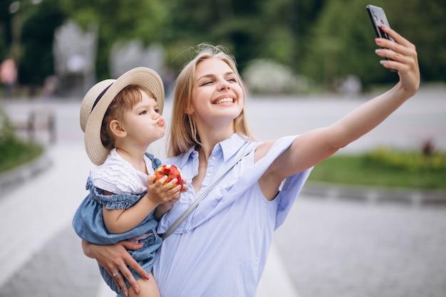 Mutter mit kleiner tochter im park