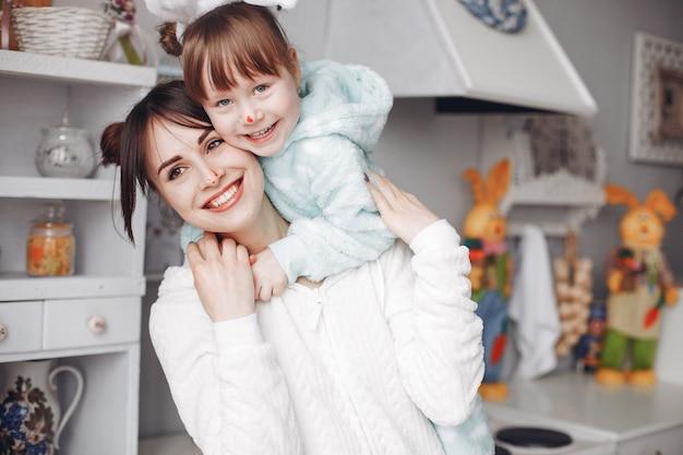Mutter mit kleiner tochter in einem raum