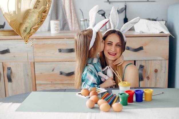 Mutter mit kleiner tochter in einer küche