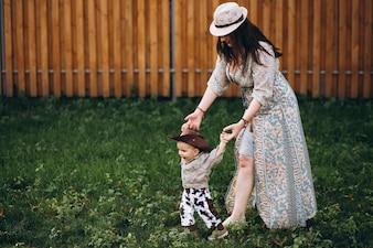 Mutter mit seinem Sohn auf der Ranch