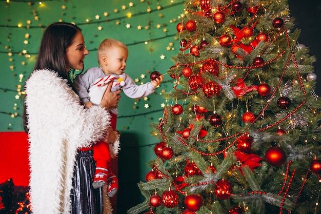 Mutter mit sohn am weihnachtsbaum