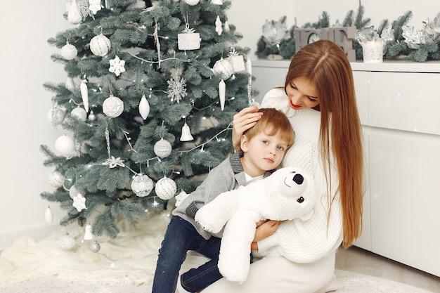 Mutter mit sohn in einer weihnachtsdekoration