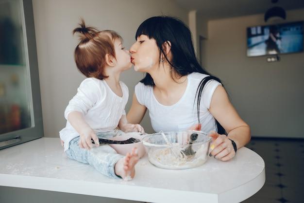 Mutter mit süßer tochter