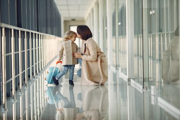 Mutter mit tochter am flughafen