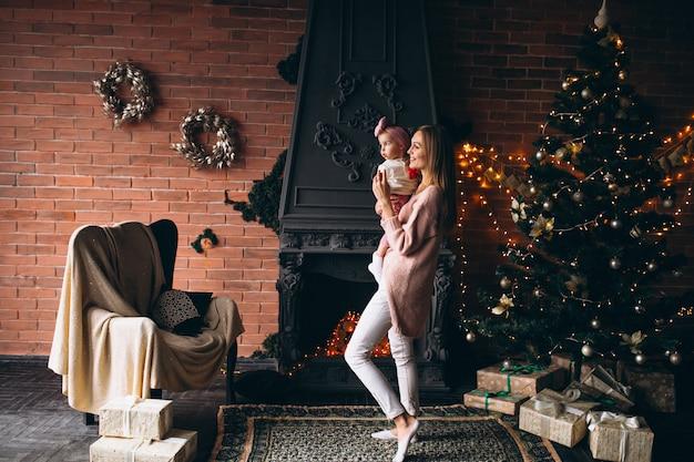 Mutter mit tochter am weihnachtsbaum