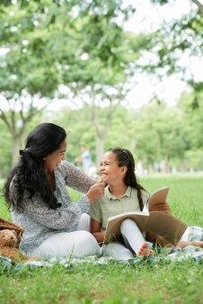 Mutter mit tochter beim picknick