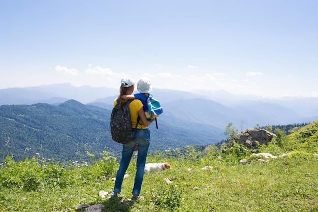 Mutter mit tochter eines kleinen mädchens reisen in die berge